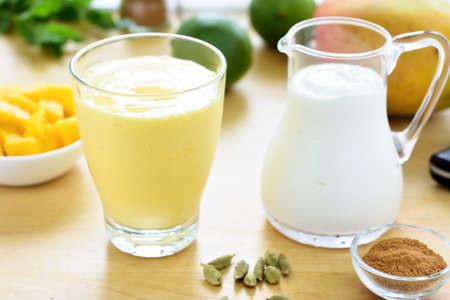mango: lassi mango. Mango smoothie wykonane z mango i jogurt, jogurt. Selektywne fokus. Zdjęcie Seryjne