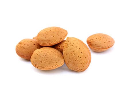 alergenos: Pila de almendras sin pelar aislado en el fondo blanco