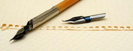 lapiz y papel: pluma de tinta vieja en el fondo con hojas de papel Foto de archivo