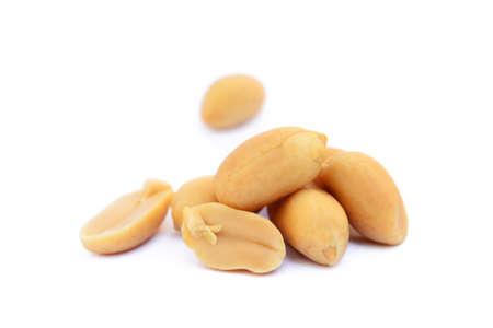 Spuntino arrostito di arachidi isolato su uno sfondo bianco Archivio Fotografico - 79450916