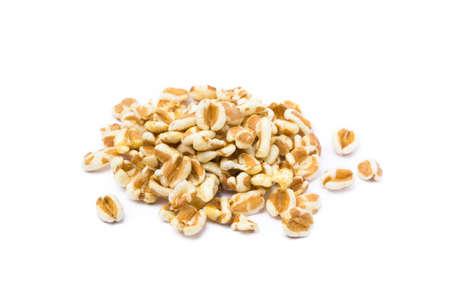Gezonde gespelde popcorn die op witte achtergrond wordt geïsoleerd Stockfoto