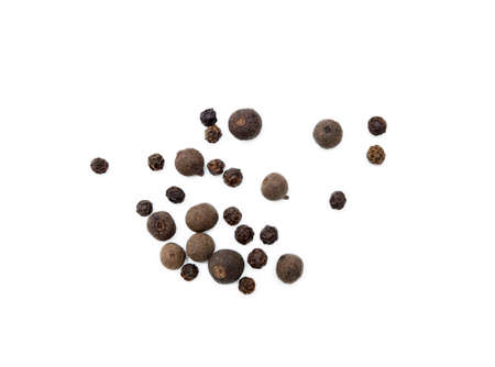 Scattered allspice and pepper isolated on white background Banque d'images