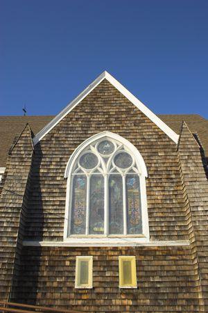 cedar shakes: Fragmento de la hist�rica iglesia de madera con shingled paredes y el techo