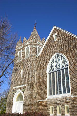 cedar shakes: Fragmento de la hist�rica iglesia de madera con shingled paredes y el techo Foto de archivo