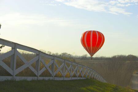 Red Hot air ballon plus de champs agricoles près de Omaha au Nebraska  Banque d'images - 2665321