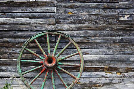 Oud wiel buurt van de boerderij schuur in North Platte in Nebraska
