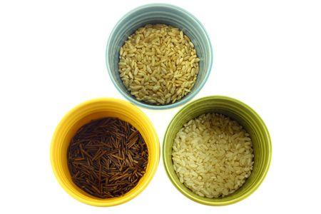 Diversos tipos de arroz en blancos sobre fondo de coloridas tazas Foto de archivo - 6695349