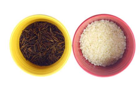 Diversos tipos de arroz en blancos sobre fondo coloridas tazas Foto de archivo - 8277218