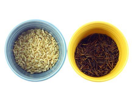 Varios tipos de arroz en blancos sobre fondo coloridas tazas Foto de archivo - 9096597