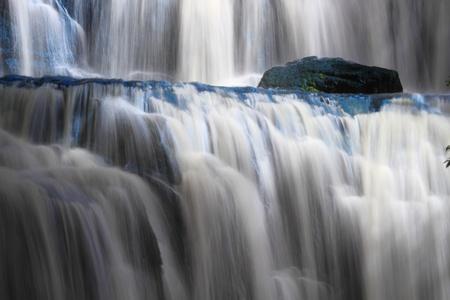 Mooie waterval Purakaunui waterval, Catlins, Southland, Nieuw-Zeeland