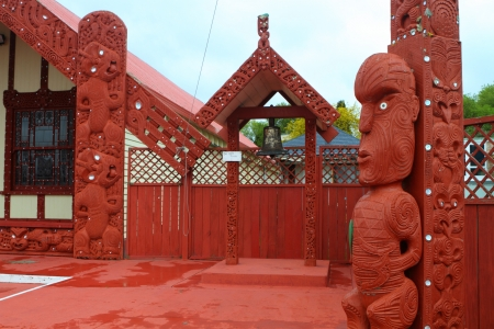 Traditioneel Maori meeting house in Rotorua, North Island, Nieuw-Zeeland Redactioneel