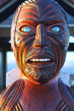 maories: Talla tradicional maor� en el parque hist�rico nacional en Rotorua, Isla Norte, Nueva Zelanda