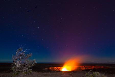 Wybuch wulkanu w Park Narodowy Wulkany Hawaii, Big Island, Hawaje. Nocne zdjęcia z długich ekspozycji. Zdjęcie Seryjne