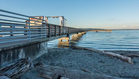 満潮時にダッシュ ポイント、ワシントンの釣り桟橋のビュー。