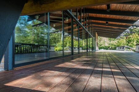 Floor to ceiling windows reflect natural surroundings in a builing in Normandy Park, Washington. 版權商用圖片