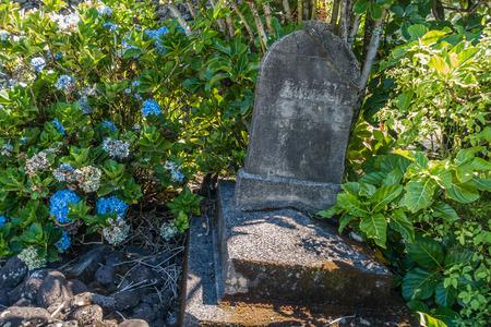 花は、マウイ島、ハワイでこの墓石を囲みます。 写真素材 - 83410405