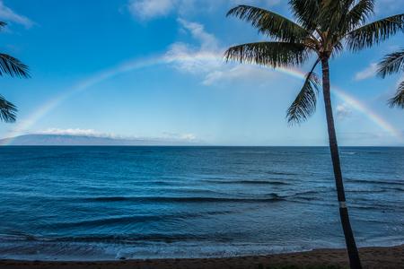虹はマウイ島、ハワイの海の眺め。 写真素材