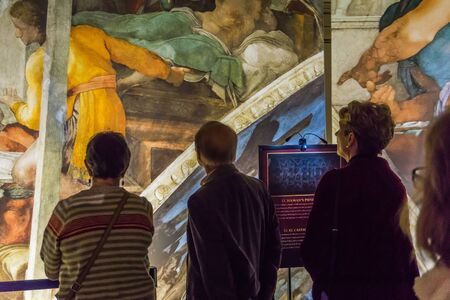 Tacoma, WA, USA - October 11, 2018        Art lovers appreciate the hangings at the Michaelangelo Sistine Chapel art exhiibt. Location is the Tacoma Armory. 新聞圖片