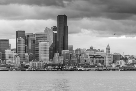 A view of the Seattle skyline as night approaches. Black and white image. Banco de Imagens