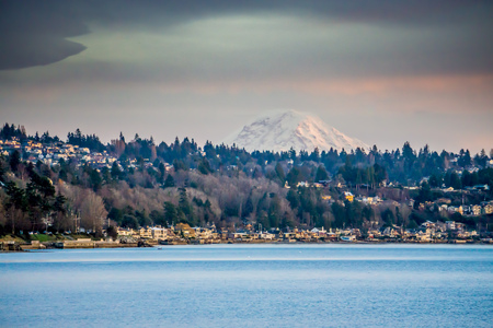 The top of Mount Rainier can be seen above the West Seattle shoreline. Stock fotó