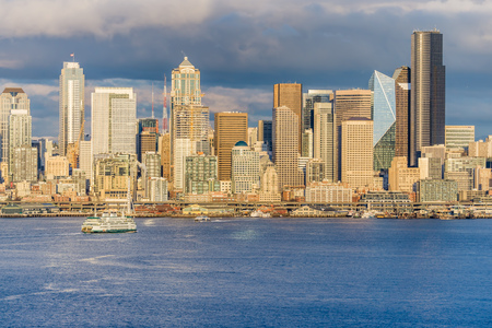 A ferry approaches skyscrapers in Seattle, Washington. Banco de Imagens