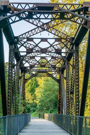 Ein Blick auf eine alte Metallbrücke entlang des Cedar River Trail in Maple Valley, Washington.