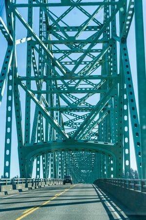 Une vue de l'extrémité sud du pont Astoria-Megler dans l'État de l'Oregon.