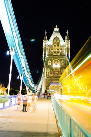 Drukke Schot bij de nacht van London Bridge in Londen, Engeland photo