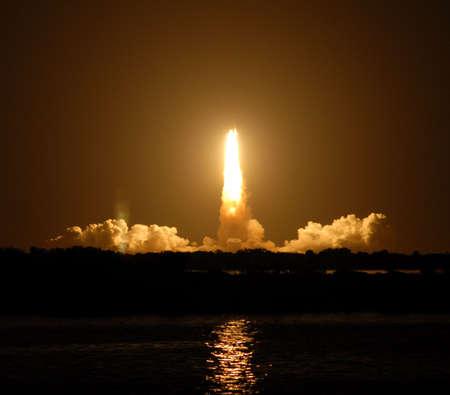 cohetes: lanzamiento del transbordador espacial de la noche