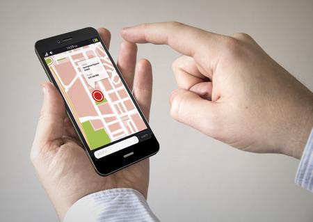 Navigatie via Smart phoneconcept: Close-up van man met behulp van Black Smartphone met een GPS-kaart