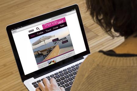 인터넷 개념을 서핑 : 소녀는 컴퓨터의 동향 블로그 웹을 방문