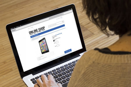 orden de compra: ir de compras, la tecnolog�a y el concepto de Internet: vista de cerca de una ni�a de compras con el ordenador port�til en una tienda ficticia