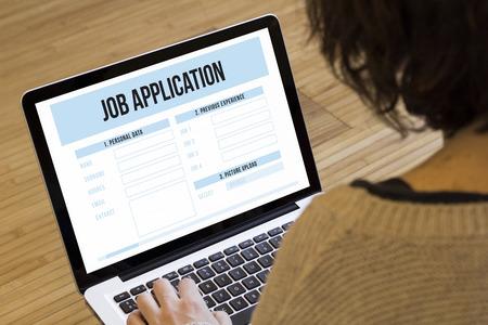 trabajo: b�squeda de empleo en l�nea concepto: solicitud de empleo en una pantalla de ordenador port�til