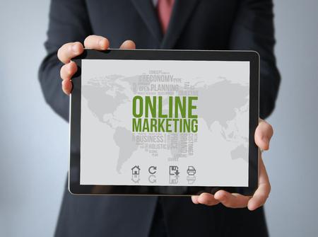 kommunikation: Online-Marketing-Konzept: Geschäftsmann mit Online-Marketing auf einem Tablett. Bildschirmgrafik zusammensetzen.