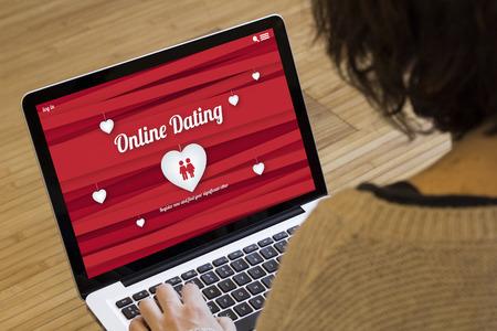 デート オンライン概念: ノート パソコンの画面上でウェブサイトをオンライン デートします。画面のグラフィックが成っています。