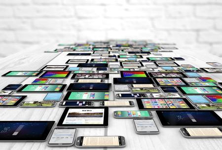 digitale Geräte erzeugten Sammlung über Holztisch. Alle Bildschirmgrafiken setzen sich aus.