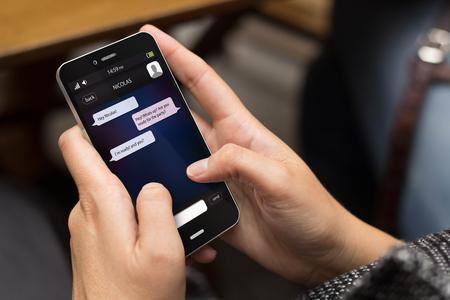 Kommunikationskonzept: Mädchen, das einen digitalen generiert Handy mit Chat auf dem Bildschirm. Alle Bildschirmgrafik zusammensetzen.