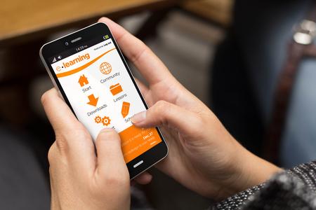 Bildung-Konzept: Mädchen, das einen digitalen generiert Handy mit E-Learning-Website auf dem Bildschirm. Alle Bildschirmgrafik zusammensetzen. Lizenzfreie Bilder