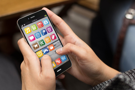 Kommunikationskonzept: Mädchen, das eine digital generierte Smartphone. Alle Bildschirmgrafiken bestehen.