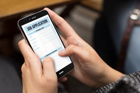 puesto de trabajo: trabajo de concepto: ni�a utilizando un tel�fono generada digital con solicitud de trabajo en la pantalla. Todos los gr�ficos de la pantalla se componen.