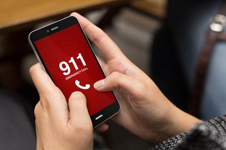 Notfallkonzept: Mädchen, das einen digitalen erzeugt Telefon, mit Notruf auf dem Bildschirm. Alle Bildschirmgrafik zusammensetzen. Lizenzfreie Bilder