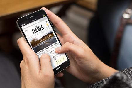 Meisje met behulp van een digitale gegenereerde telefoon met nieuws op het scherm. Alle schermafbeeldingen zijn opgebouwd. Stockfoto