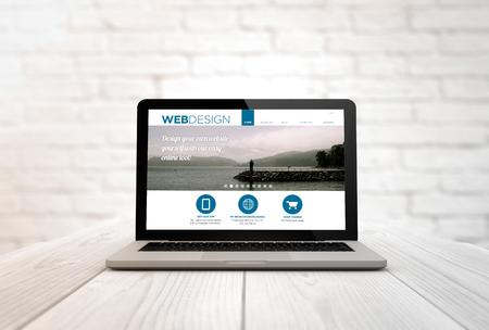 Design-Konzept: Laptop über hölzerne Schreibtisch mit webdesign auf dem Bildschirm. Alle Bildschirmgrafiken bestehen. Lizenzfreie Bilder