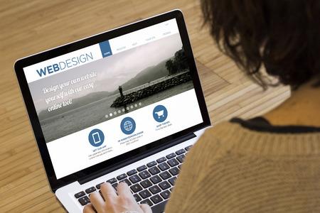 マーケティングのオンラインの概念: ノート パソコンの画面にオンライン マーケティングします。画面のグラフィックが成っています。