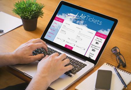 Close-up bovenaanzicht van de mens die aan laptop met tickets vluchten web.