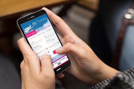flucht: Business-Konzept: Mädchen mit einem digital generierte Telefon mit Tickets Flüge web. Lizenzfreie Bilder