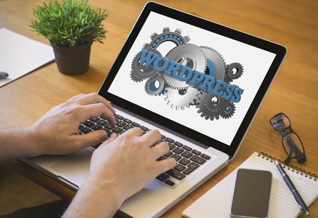 Entwickler oder Web-Designer bei der Arbeit. Close-up Draufsicht Mann auf Laptop mit Wordpress auf dem Bildschirm zu arbeiten. Lizenzfreie Bilder