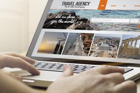 オンライン旅行の概念: 男は画面には旅行代理店とラップトップを使用しています。画面のグラフィックが成っています。