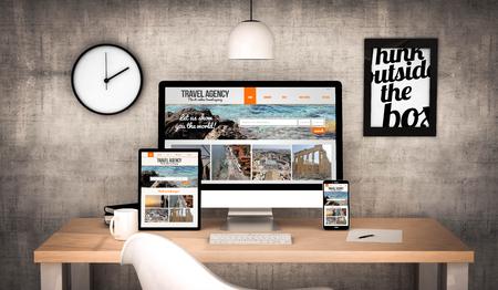 agencia de viajes: digital generado escritorio de trabajo con la tableta digital, ordenador, portátil y diversos objetos de oficina página web de agencias de viajes en la pantalla. Todos los gráficos de la pantalla se componen.