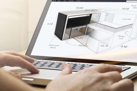 arquitecto: la arquitectura concepto: el hombre usando una computadora portátil con el proyecto de la casa en la pantalla.